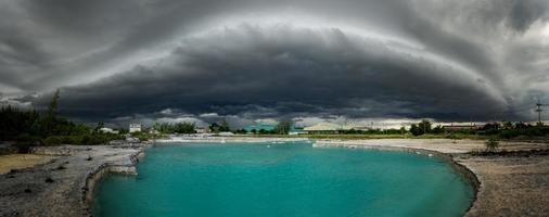 as grandes nuvens negras de tempestade ou nuvem de arcus, foto