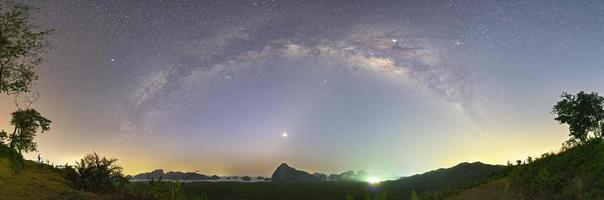 Via Láctea sobre Samed Nang Nee, Província de Phang Nga, Tailândia foto