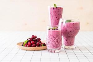 frutas vermelhas misturadas com smoothies de iogurte na mesa foto