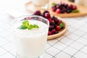 iogurte com frutas vermelhas na mesa foto