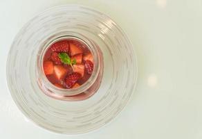 sobremesa caseira panna cotta com molho de morango foto
