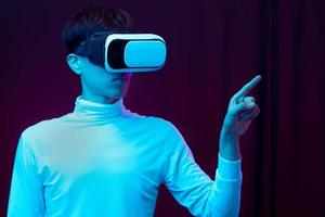 jovem asiático usando óculos de realidade virtual assistindo 360 graus vdo foto