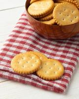 biscoitos de bolacha no fundo da mesa de madeira foto