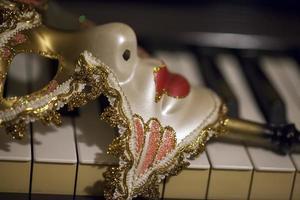 fantasia de máscara de veneza vintage abstrata e teclas de piano foto