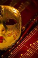 máscara de carnaval veneza teatro e notas musicais foto