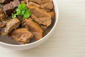 patos cozidos em panela ou pato no vapor com molho de soja e especiarias foto