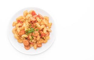 macarrão com salsicha no fundo branco foto