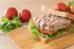 sanduíche de atum na tábua de madeira foto