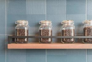 grão de café em garrafa na prateleira foto