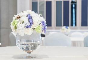 decoração de buquê de flores na mesa de jantar foto