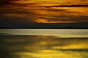 o mar e as nuvens na luz da tarde foto