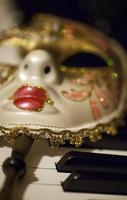 máscara de teatro de carnaval de Veneza e teclas de piano foto