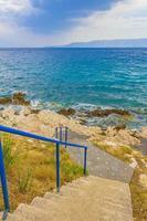 escadas para a praia turquesa do paraíso novi vinodolski croatia. foto