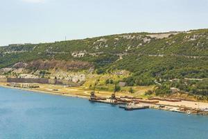 a baía azul e o porto de bakarski zaliv bakar croatia. foto