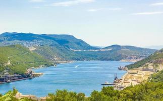a baía azul e o porto de bakarski zaliv, bakar, croácia foto