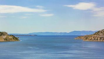 a baía azul de bakarski zaliv, bakar, croácia foto