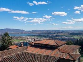 telhado de telha vermelha das casas da vila nos alpes italianos foto