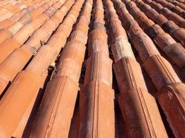 a superfície do telhado das telhas de argila circulares vermelhas foto