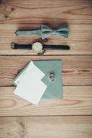 acessórios do noivo para o dia do casamento, relógio, gravata borboleta, anéis, envelope foto