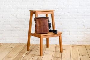 linda bolsa marrom feita de couro projetada para vários itens foto
