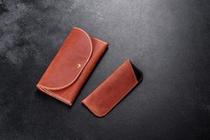 linda bolsa de couro marrom feita de couro para guardar papel-moeda foto
