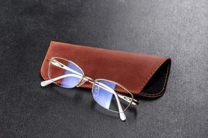 linda caixa marrom feita de couro projetada para guardar óculos foto