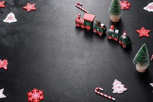 elementos vermelhos e brancos que são usados para decorar a árvore de natal foto