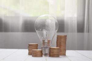moedas empilhadas juntas, ideias de investimento, ações, crescimento financeiro, bulbo foto