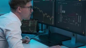 empresário alegre verificando dados do mercado de ações em uma ação foto
