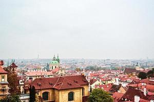 um mar de telhado vermelho em praga, república checa, europa foto