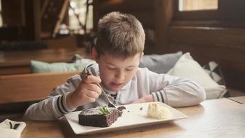 menino comendo um brownie foto