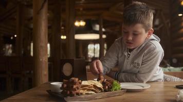 menino comendo frango frito foto