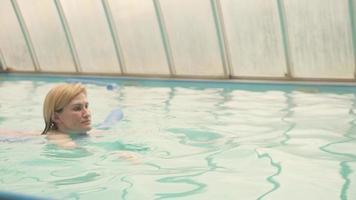 mulher nadando em uma piscina foto