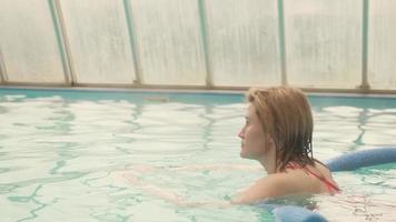 mulher nadando em uma piscina coberta foto