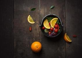 Salada fresca com fatia de laranja em um fundo de madeira foto