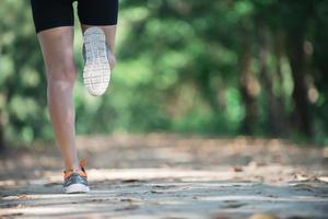 traseiro de uma mulher saudável durante a corrida pela manhã no parque. foto