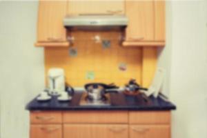 móveis embutidos, armários de cozinha, fundo desfocado foto