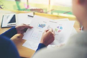 mulher de negócios com as mãos apontando segurando o diagrama de informações do gráfico. foto