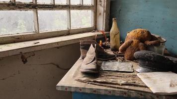 pripyat, chernobyl, ucrânia, 22 de novembro de 2020 - interior de uma casa abandonada em chernobyl foto