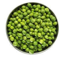 vista superior de uma pilha de ervilhas verdes em uma tigela sobre um fundo branco foto
