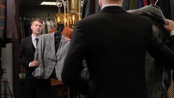 homem comprando um terno foto