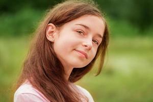 linda jovem. retrato de uma adolescente ao ar livre foto