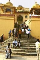 jaipur, índia - 11 de novembro de 2019, turistas subindo as escadas do forte âmbar foto