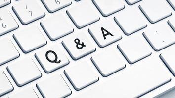 q e um texto de pergunta e resposta no teclado de computador moderno foto