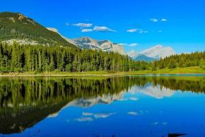 lago do meio. Parque provincial de Bow Valley. Alberta, Canadá foto