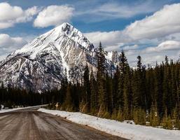 montanhas do carro. Parque provincial do vale do spray. Alberta, Canadá foto