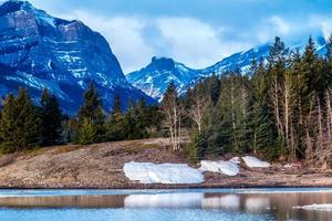 últimos resquícios do inverno. Parque provincial de Bow Valley. Alberta, Canadá foto