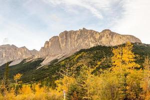 monte yamnuska. Parque provincial de Bow Valley, Alberta, Canadá foto