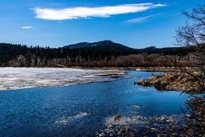 últimos resquícios do inverno. Parque Provincial do Lago Beauvaid. Alberta, Canadá foto