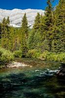 smith dorian creek em um dia ensolarado. Spray Valley Provincial Park foto